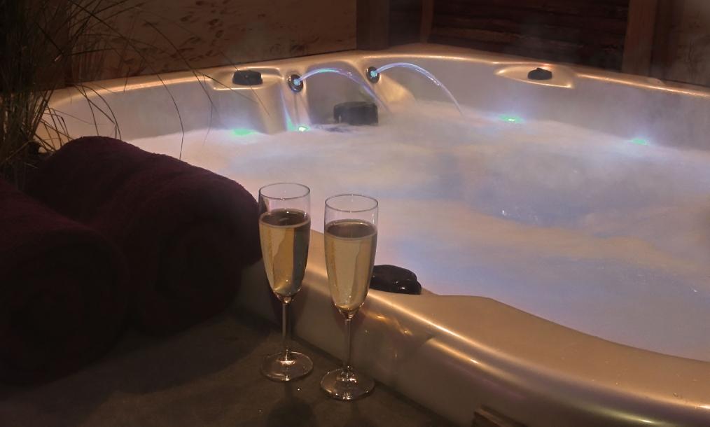 Bubbel massagebad in buitenlucht prive wellness Zeeuws Ontspannen Middelburg