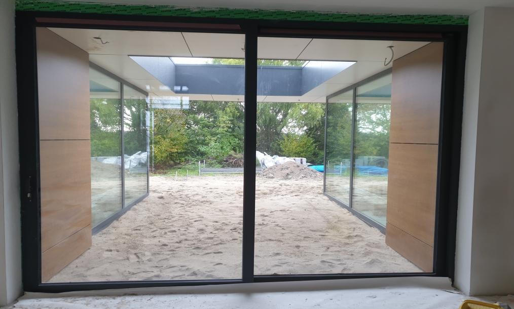 buitenruimte tussen twee binnenruimten in, tijdens bouwwerkzaamheden